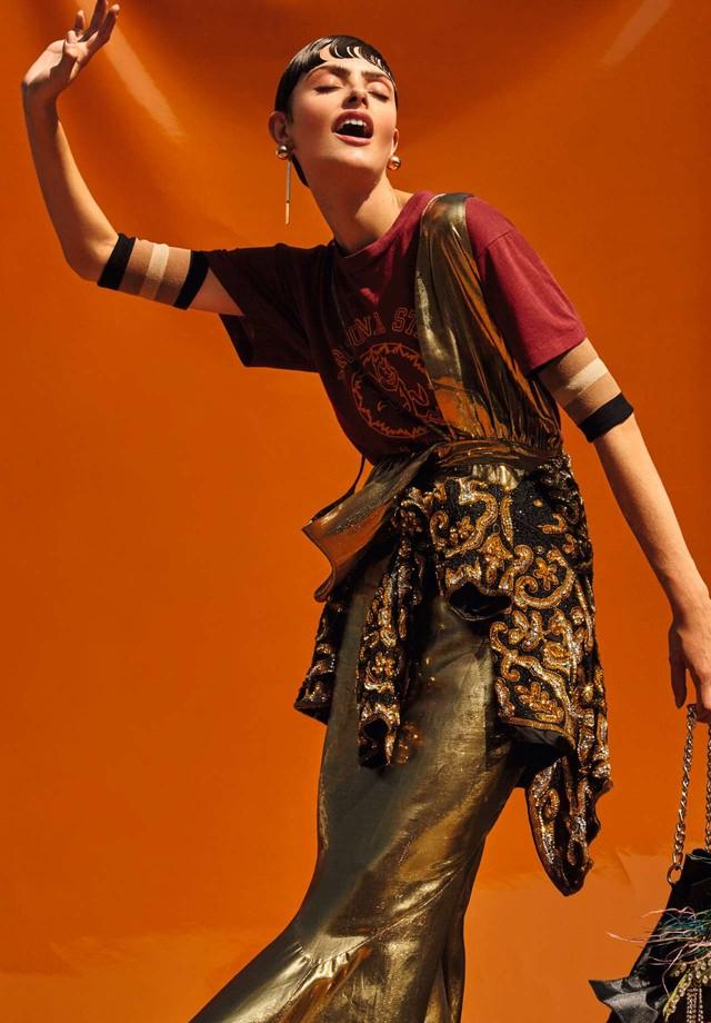 Vestido, R$ 1.900, Carina Duek; sobre camiseta, R$ 190, FM.86; casaco amarrado na cintura, R$ 3.100, Nosf. Bolsa, R$ 589, Alexandre Pavão; brincos, R$ 298, Animale (Foto: Rafael Pavarotti)