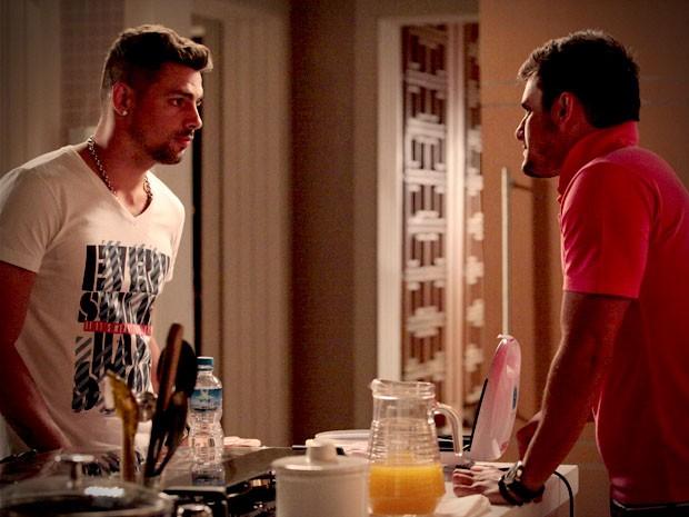 Jorginho exige que o amigo trate sua ex bem (Foto: Avenida Brasil / TV Globo)