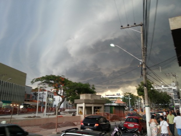 nuvem negra cobre o céu de Cabo Frio (Foto: Raphael Bianchi)
