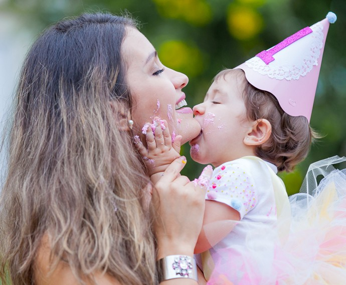 Geórgia e a filhinha Giovanna (Foto: Artur Meninea / Gshow)