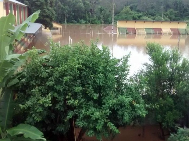 Em Inconfidentes (MG), campo de futebol ficou totalmente tomado pela água (Foto: Cristiano Calixto)