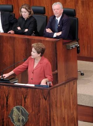 Dilma discursa observada pelo prefeito de Porto Alegre, José Fortunati (Foto: Felipe Truda/G1)