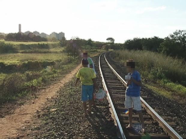 Crianças brincam sobre a linha férrea (Foto: Reprodução/TV TEM)