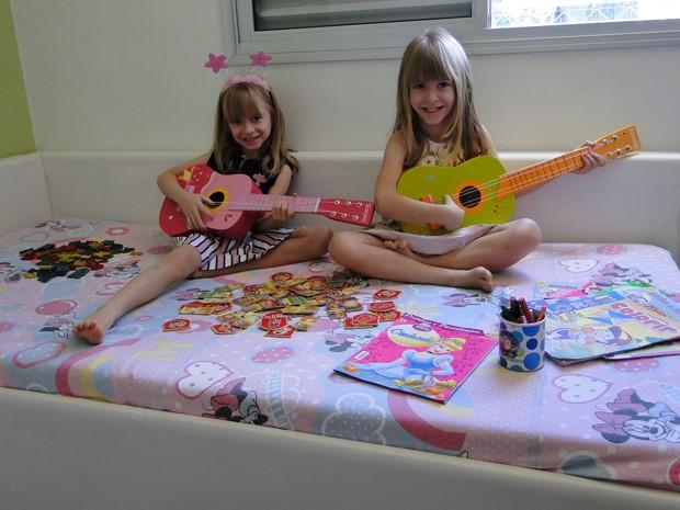 Flora e LIz adoram tocar violão de madeira (Foto: Alex Araújo/G1)