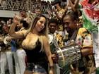 Mulher Melão sensualiza com decote ousado na coroação de Torloni