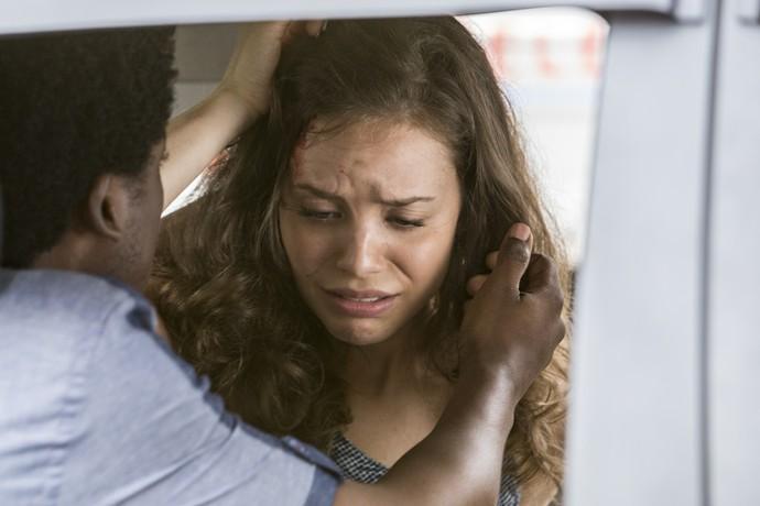 JF tenta socorrer a namorada (Foto: Felipe Monteiro / Gshow)