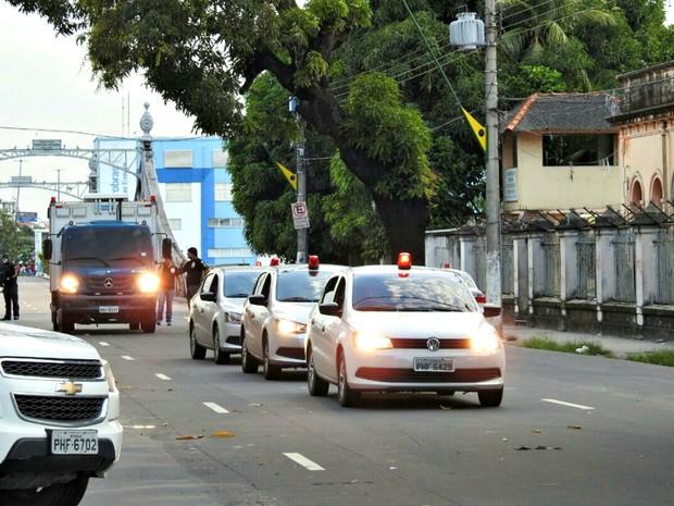 Transferências de presos ocorreu na manhã desta segunda (Foto: Adneison Severiano/G1 AM)