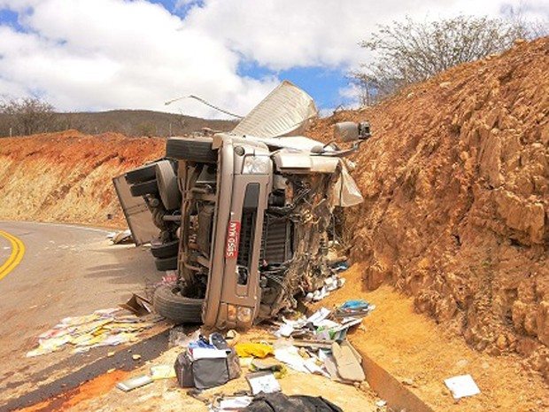 Caminhão com material didático tomba em Rio de Contas, na Bahia (Foto: Ângelo Neves/Brumado Notícias)