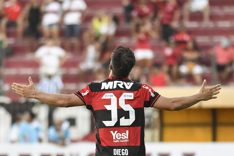 Diego comemora um gol no Raulino de Oliveira
