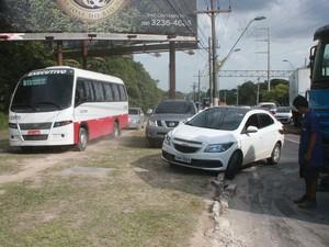 Acidente aconteceu na estrada do aeroporto (Foto: Jamile Alves/G1 AM)