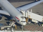 Passageira tenta abrir porta de saída de voo da British Airways