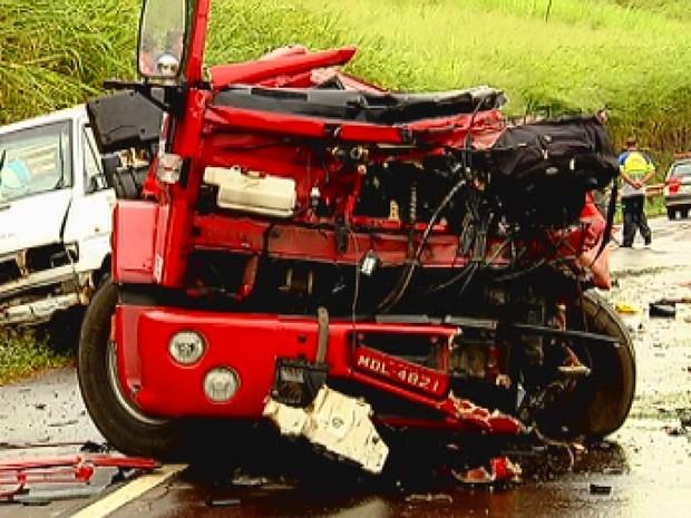 cemiterio jardim ipe bauru:Caminhão que estava no acostamento foi atingido e motorista morreu
