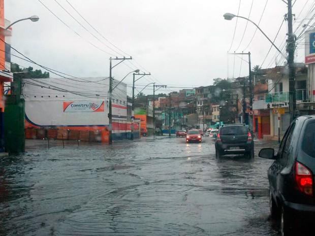 Avenida San Martin, em Salvador, ficou alagada por causa da chuva (Foto: Lilian Marques/G1)