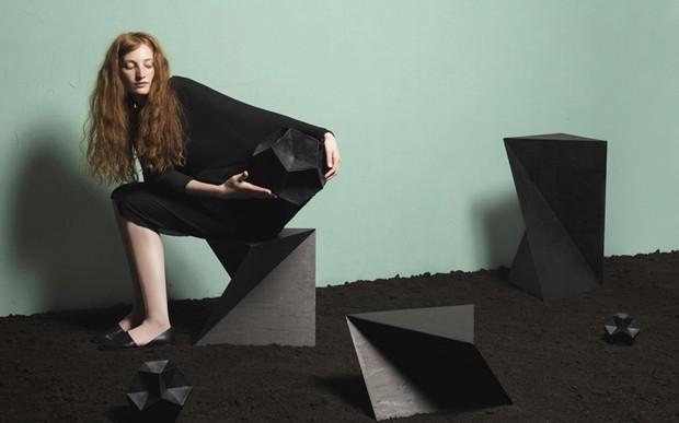 Designer cria mesas laterais inspiradas no pai da geometria (Foto: Lisa Klappe/Divulgação )