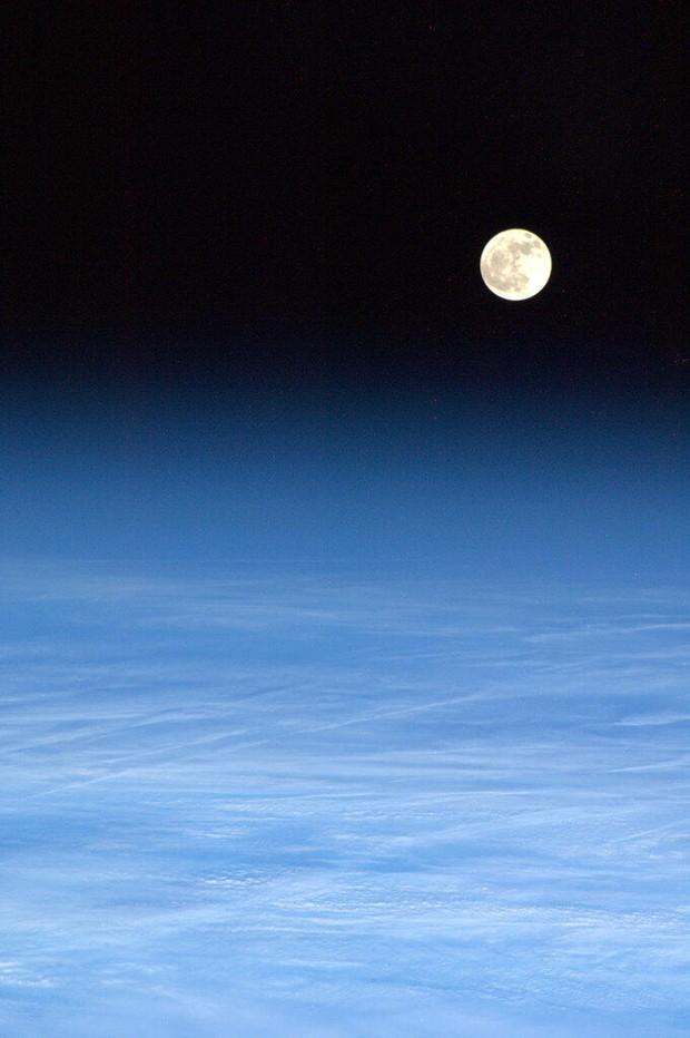 Lua é vista da ISS sobre 'cobertor' de nuvens (Foto: Chris Hadfield/Nasa/AFP)