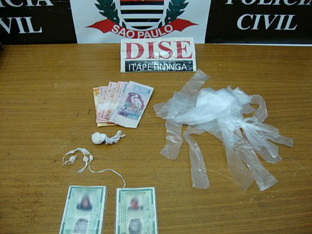Casal foi detido com porções de drogas, dinheiro e embalagens para entorpecentes (Foto: Divulgação / Dise Itapetininga)