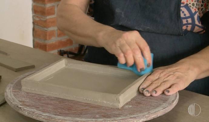 Enery Pietro mostra passo a passo da arte em cerâmica; assista ao vídeo (Foto: Reprodução / TV Diário )
