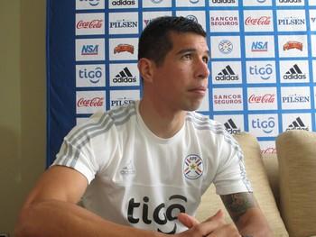 Cáceres, do Flamengo, se diz fã do cantor Thiaguinho e promete passar características de Elias ao Paraguai (Foto: Marcelo Hazan)