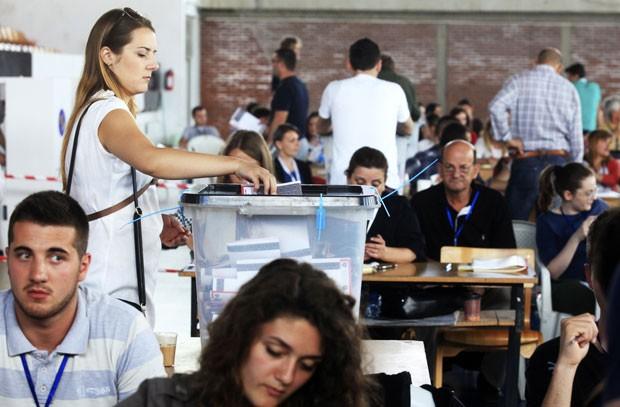 Eleitores participam de votação na eleição legislativa no Kosovo neste domingo (8) (Foto: Hazir Reka/Reuters)