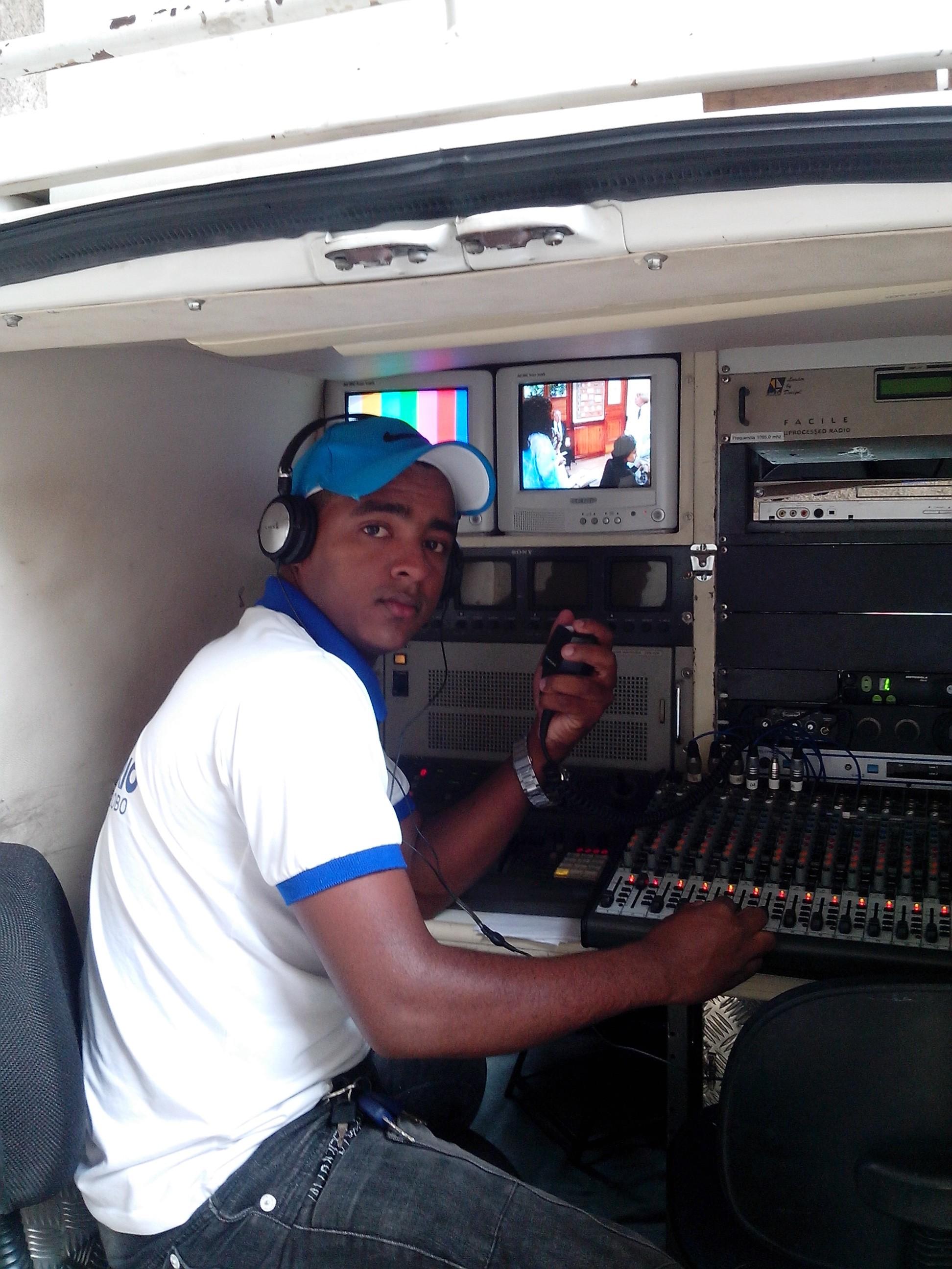 Rafael é auxiliar de Operações Externas da TV Grande Rio. (Foto: Arquivo Pessoal)