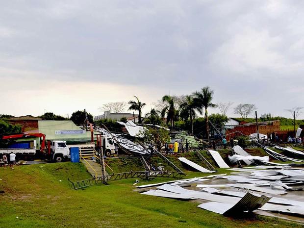 Estrutura de quadra caiu e atingiu residências em Osvaldo Cruz (Foto: Valdemir Anselmo/Cedida)