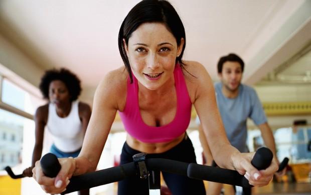 mulher bicicleta ergométrica euatleta (Foto: Getty Images)