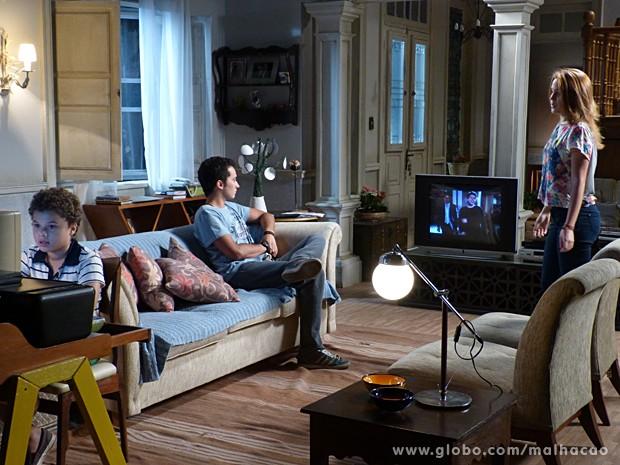 Ben fica emburrado por ciúmes de Antônio, e Anita acha graça (Foto: Malhação / TV Globo)