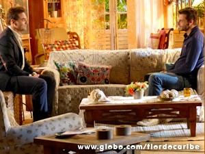 Comandante confessa a Cassiano que sua irmã mexeu com ele (Foto: Flor do Caribe / TV Globo)