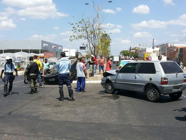 Acidente deixou uma pessoa ferida e carro capotado em avenida na Zona Sul (Foto: Basílio Almeida/Arquivo Pessoal)