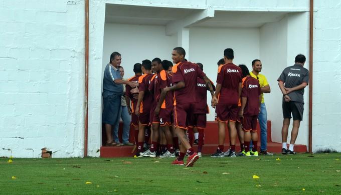 Jogadores precisaram se abrigar até o vendaval passar (Foto: Tiago Campos)