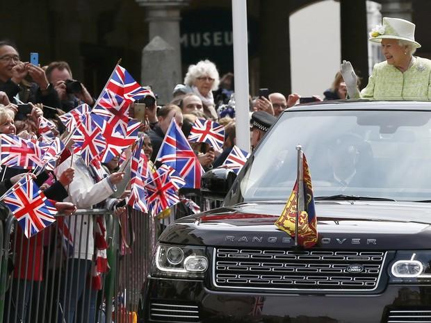 A rainha Elizabeth desfila diante de uma multidão de admiradores de várias partes do mundo em comemoração pelo seu 90º aniversário (Foto: Stefan Wermuth/Reuters)