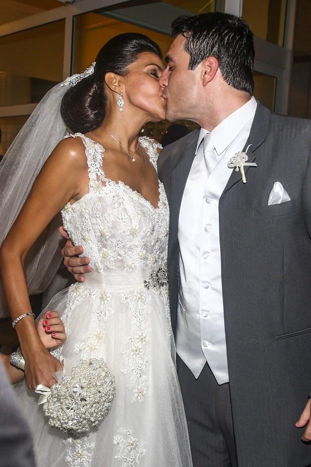 Beijo do casal Daniel Saullo e Mariana Felício ao deixar a igreja (Foto: Manuela Scarpa/ Foto Rio News)