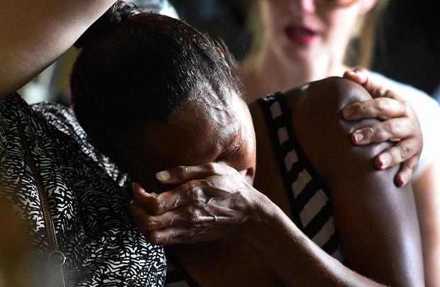 Mulher chora durante serviço religioso em homenagem às oito crianças assassinadas em Manoora (Foto: Dan Peled/AP)