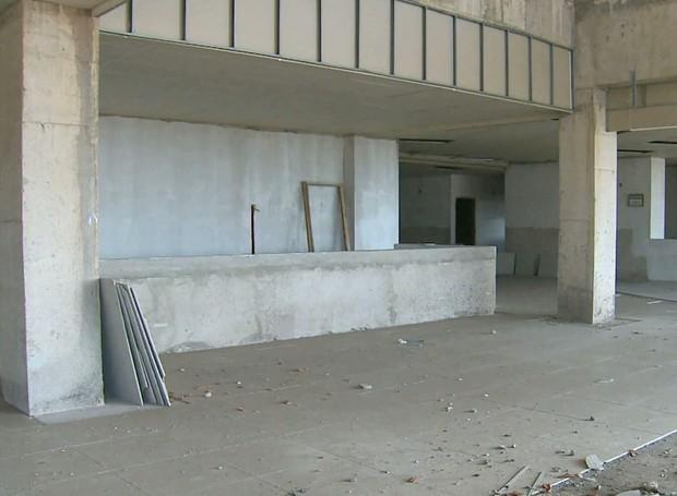 Prédio da Biblioteca Central está só no esqueleto (Foto: Reprodução/Globo)