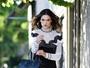 Alessandra Ambrósio faz calçada virar passarela nos EUA