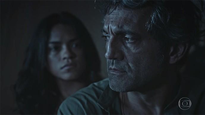 Santo tenta amenizar seu encontro com Tereza diante de Luzia (Foto: TV Globo)