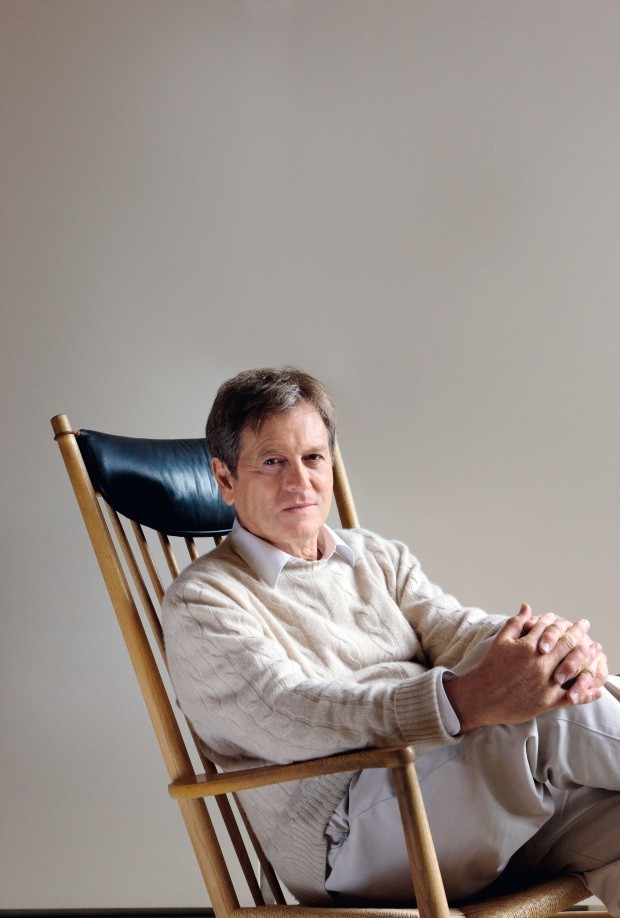 CX3GNM John Pawson at home, London, United Kingdom. Architect: John Pawson, 2010. Portrait of Architect John Pawson, leaning back on a (Foto: Alamy Stock Photo)