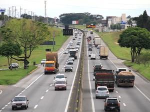 Tráfego na Via Dutra foi intenso durante a tarde desta quinta-feira (30), mas sem pontos de congestionamento no trecho de Taubaté. (Foto: Carlos Santos/G1)