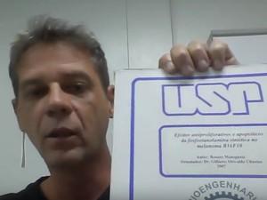 No vídeo, Meneguelo mostra documentos das fases realizadas na pesquisa (Foto: Reprodução/YouTube)