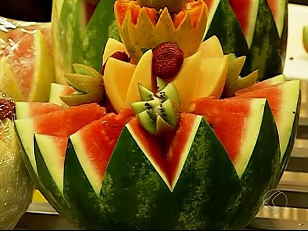 Frutas decoradas são oferecidas por sacolão; ideia leva praticidade aos clientes (Foto: TV Integração/Divulgação)