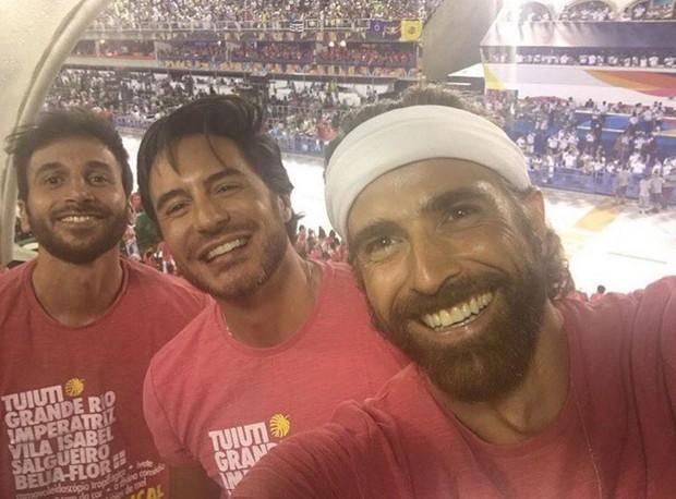 Reynaldo Gianecchini na Sapucaí com Ricardo Tozzi e mais um amigo (Foto: Reprodução/Instagram)