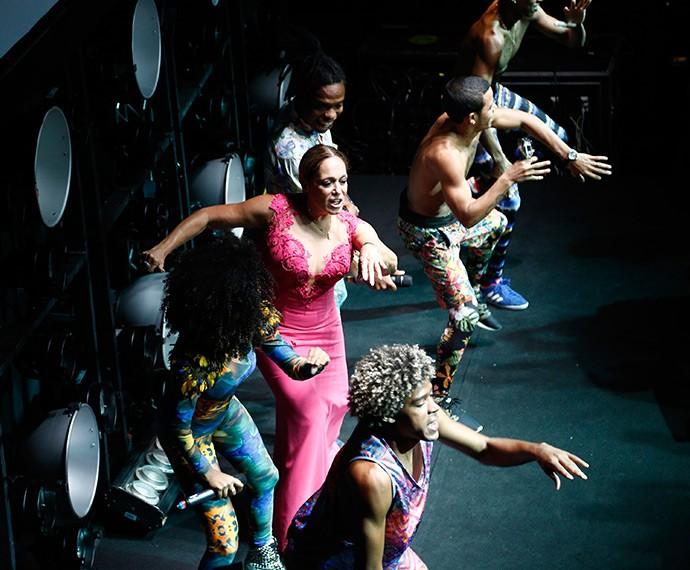 Só no passinho! Suzana Vieira arrasa em dança, durante festa de lançamento (Foto: Raphael Dias/Gshow)