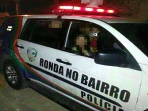 Adolescentes aparecem em foto de dentro de viatura, em Manaus (Foto: Reprodução/TV Amazonas1)