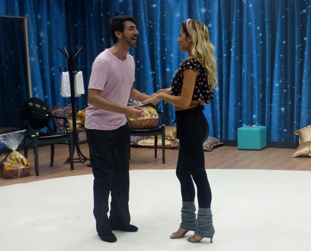 Atriz treina com o professor Rogério (Foto: Domingão do Faustão/ TV Globo)