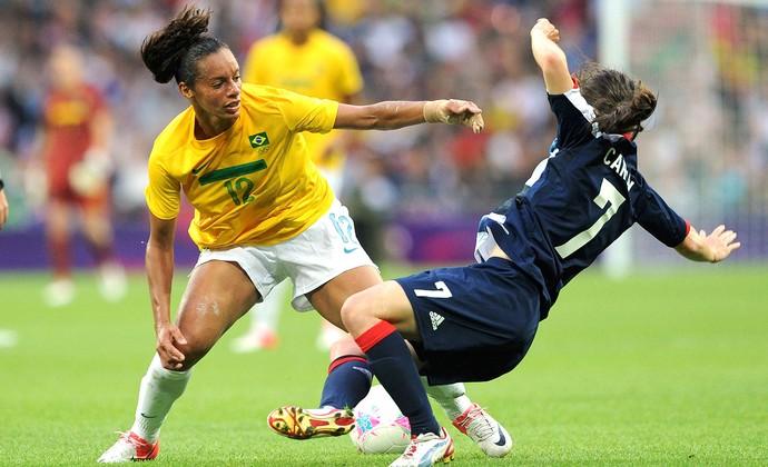Rosana e Karen Carney, Grã-Bretanha x Brasil (Foto: Agência Reuters)