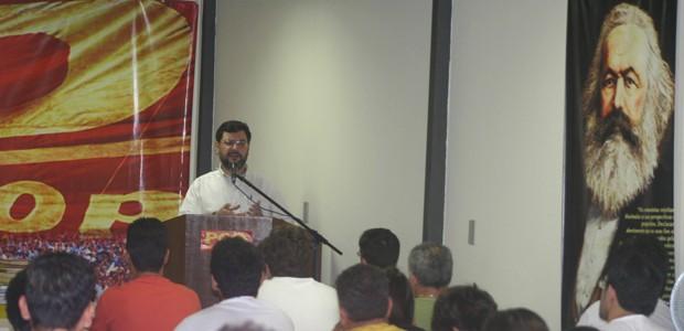 O candidato Rui Costa Pimenta fala a militantes do PCO em evento do partido (Foto: Divulgação)