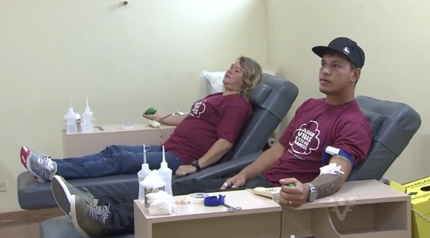 Atletas doando sangue (Foto: Reprodução/TV Tribuna)