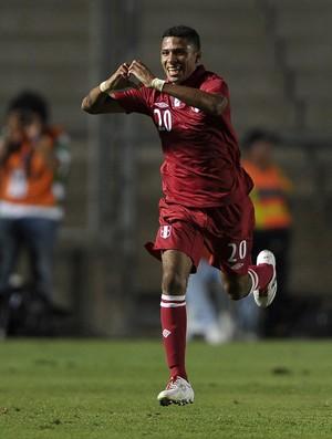 Peruano Reyna faz um coração para comemorar o seu gol (Foto: AFP)