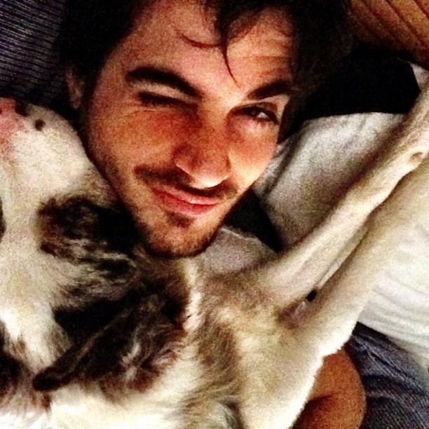 Fiuk acorda com abraçado à cachorra (Foto: Reprodução/ Instagram)