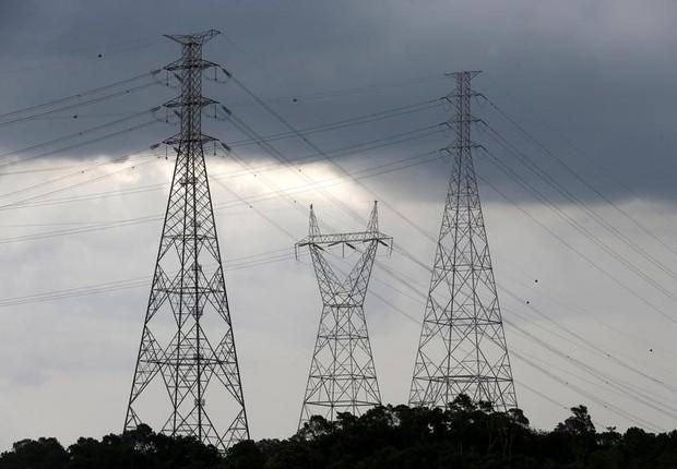 Torres de transmissão em energia em Diadema (Foto: Paulo Whitaker/Reuters)